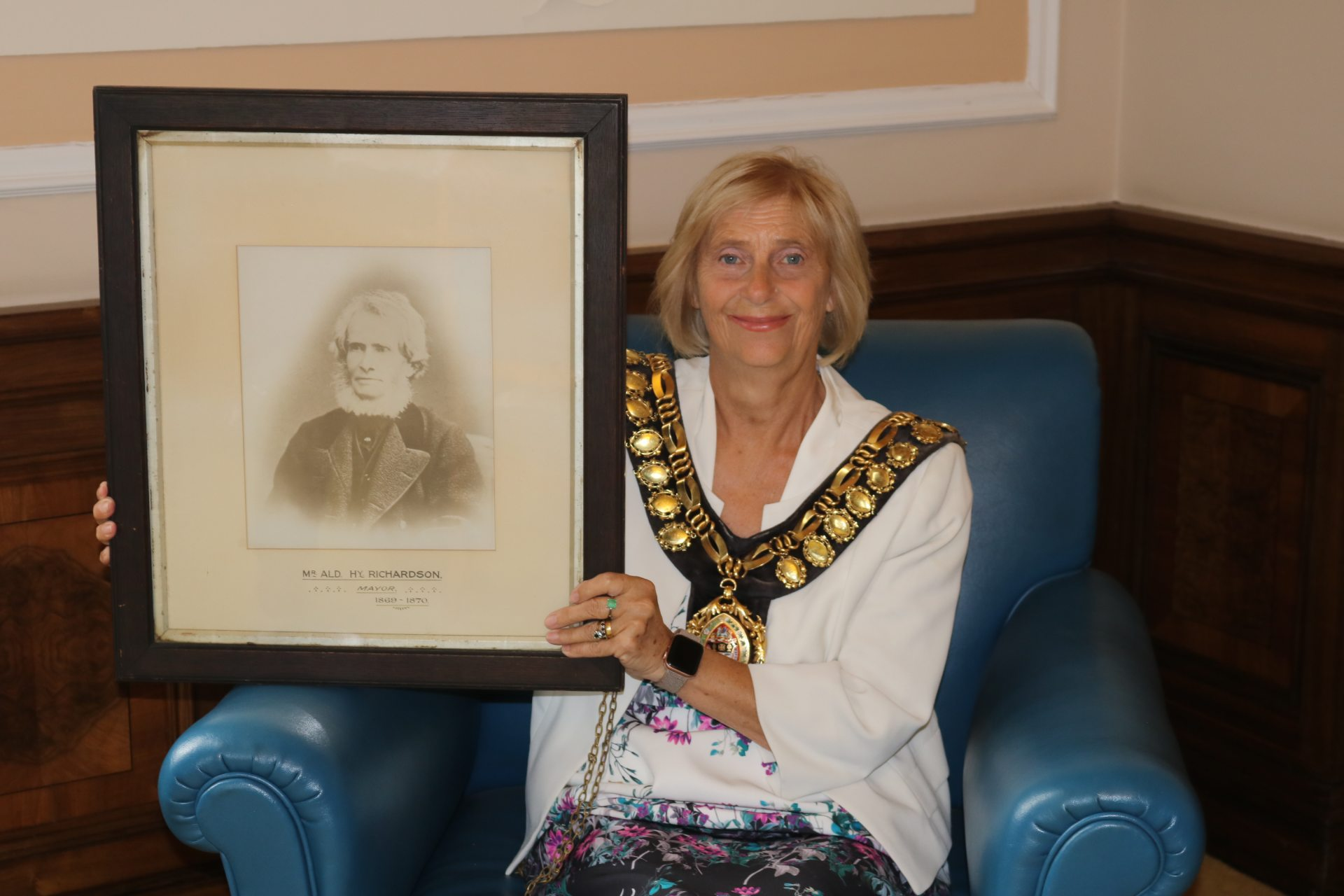 150 years Barnsley Mayor - Mayor holding a photo of an old person